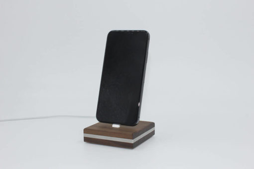 Frontansicht der iPhone-Dockingstation aus Holz